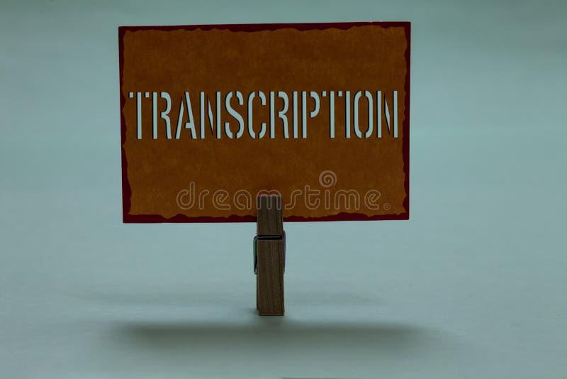 Tekstteken die Transcriptie tonen Conceptuele Geschreven of gedrukte foto versie van iets Duurzame kopie van audiowasknijperholdi royalty-vrije stock afbeeldingen