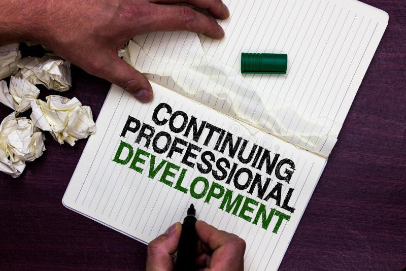 Tekstteken die Voortdurende Professionele Ontwikkeling tonen Conceptuele foto die en de nota van de de holdingsteller van de kenn stock foto