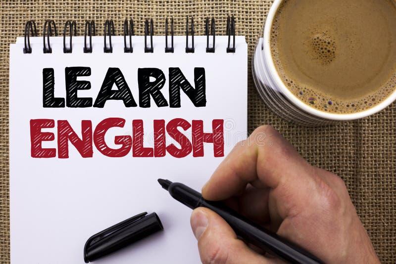 Tekstteken het tonen leert het Engels De conceptuele fotostudie een andere Taal leert iets Buitenlandse die Mededeling door Mense stock fotografie