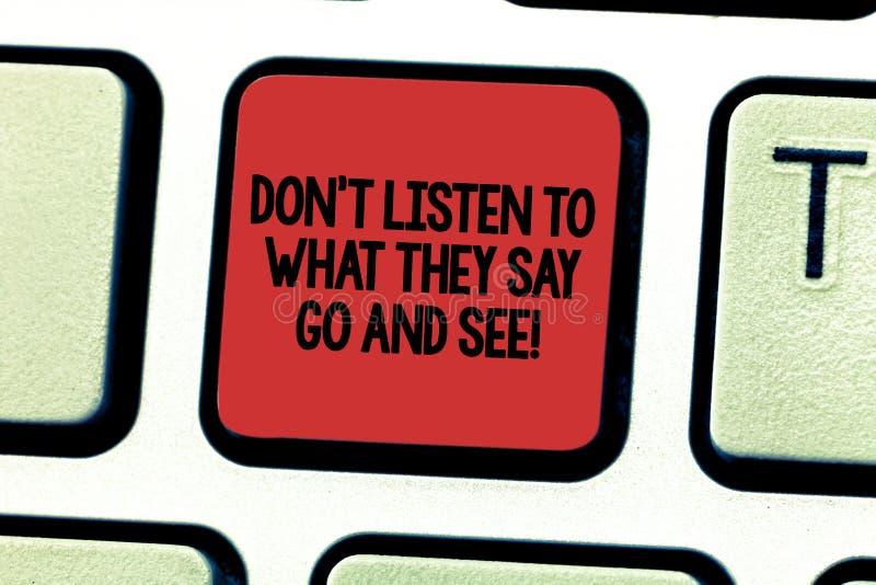 Tekstteken het tonen trekt T aan luistert aan Wat zij zeggen ga en zie E royalty-vrije stock foto