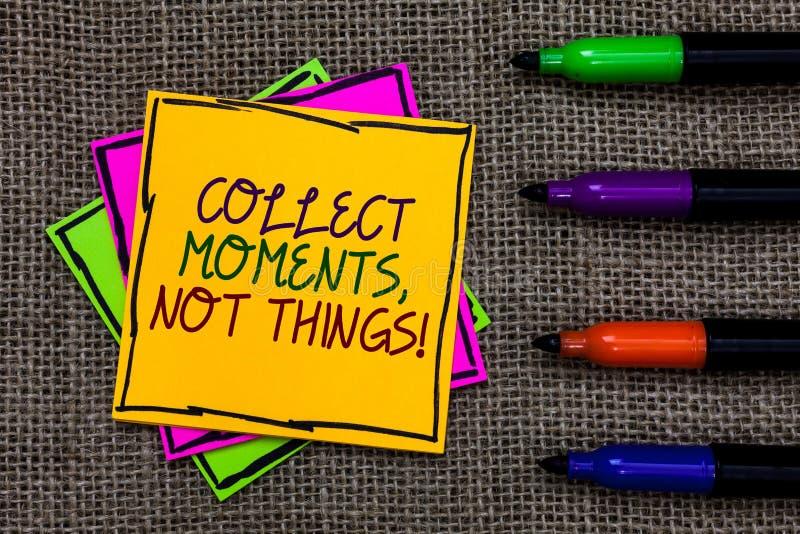 Tekstteken het tonen verzamelt Ogenblikken, niet Dingen De conceptuele filosofie van het fotogeluk geniet van eenvoudige die het  stock foto