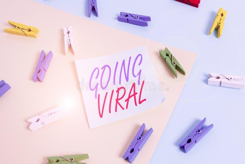 Tekstteken met Going Viral Conceptuele foto iets dat zich snel door een gekleurde bevolking verspreidt royalty-vrije stock afbeeldingen