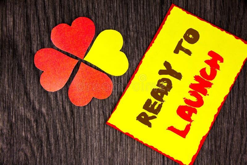 Tekstteken tonen Klaar te lanceren Bedrijfsconcept voor Prepare het Beginversie van de Nieuw die Productbevordering op Kleverig N stock foto's