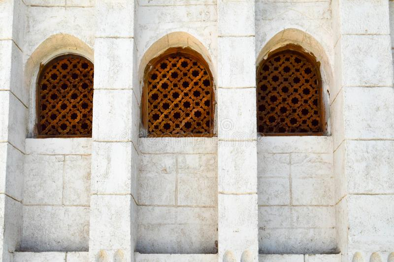 Tekstura ściana z cegieł i trzy drewnianego brown starego seniora antyczny rzeźbiący Arabski Islamski Islamski trójgraniasty okno fotografia stock