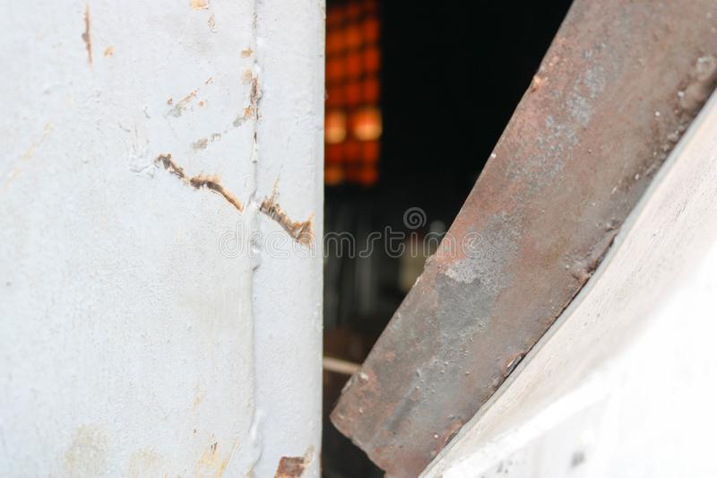 Tekstura błękit łamający out zginający siekający żelazny metalu drzwi z kędziorkiem od domowej roboty podstępnego metalu kabla ve fotografia stock
