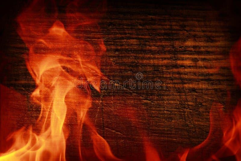Tekstura ciemny drewno i rama z ogienia Drewniana brąz tekstura wokoło płonącego jaskrawego płomienia Tło starzy panel obrazy stock