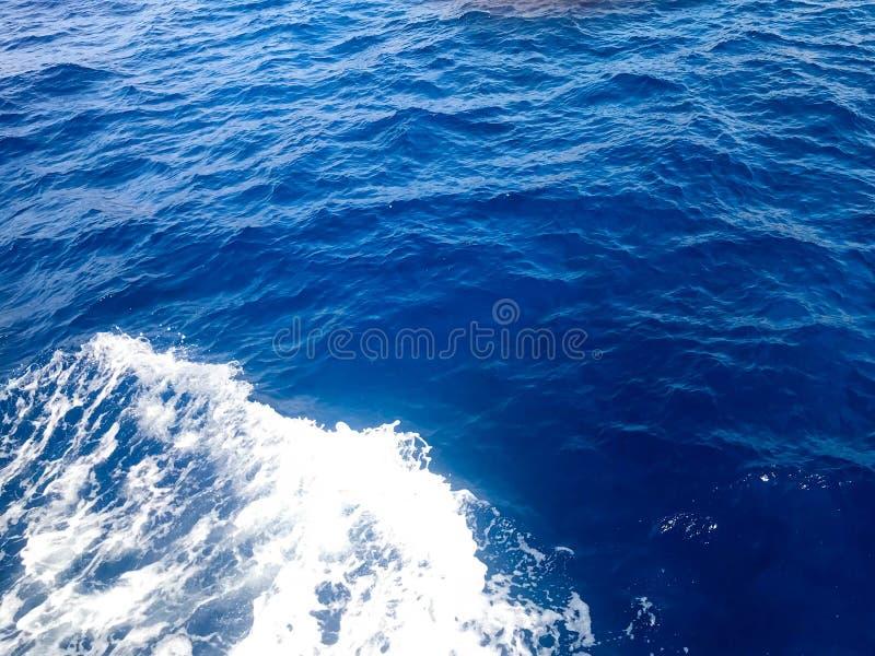 Tekstura gulgocze błękita mokry naturalny morze czysta woda z fala, bąble, biel piana, bryzga, bryzga, krople, czochry obrazy royalty free