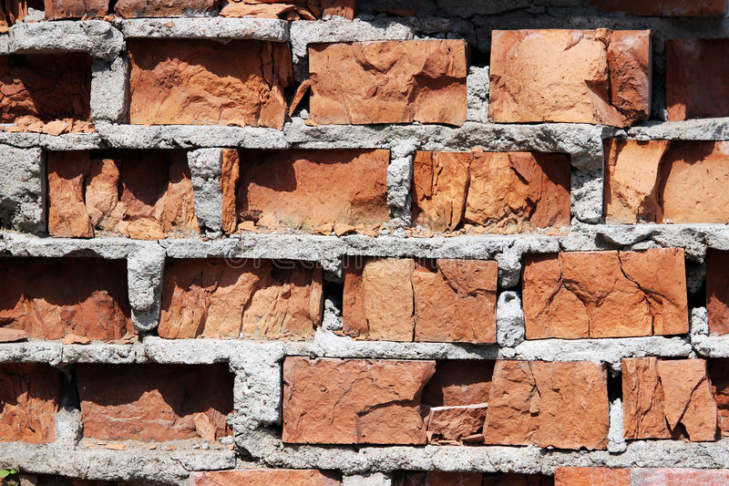 tekstura jest bardzo uszkadzającym starym ścianą od czerwonej cegły obrazy royalty free