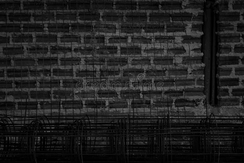 Tekstura muru z cegÅ'y czarnej z prÄ™tem stalowym do tÅ'a zdjęcia stock