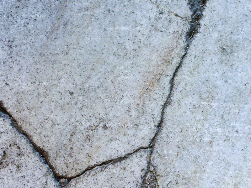 Tekstura naturalny szary granit z głębokimi pęknięciami obrazy stock