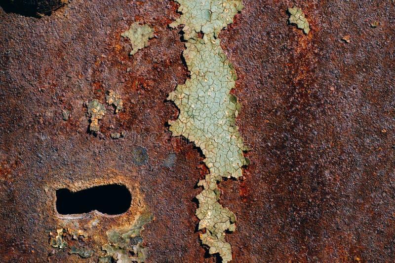 Tekstura ośniedziały żelazo, krakingowa zielona farba na starej kruszcowej powierzchni, metal powierzchni z ryglem i keyhole, obrazy royalty free