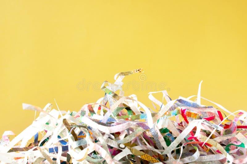 Tekstura papieru strzępionego do zamykania i ponowne użycie kolorowego papieru odpadowego z dokumentu na żółtym tle Obraz selekty obrazy stock