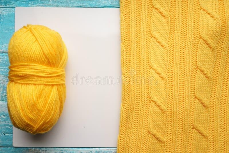 Tekstura, powierzchnia trykotowa woolen tkanina i skein przędza dla dziać, Dzianina koloru żółtego pulower royalty ilustracja