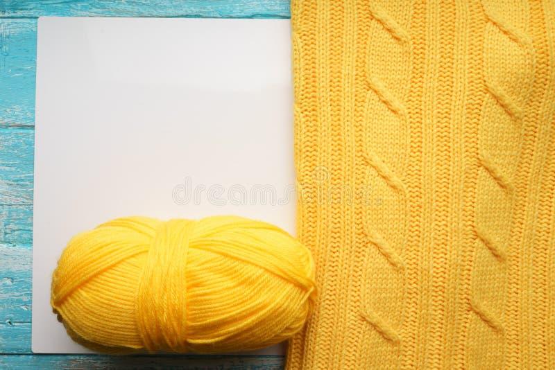Tekstura, powierzchnia trykotowa woolen tkanina i skein przędza dla dziać, Dzianina koloru żółtego pulower ilustracja wektor