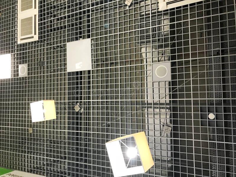 Tekstura przemysłowy sufit w budynku z metalu grille wentylacją lampy i, lampy verdure pozyskiwania środowisk gentile zdjęcia stock
