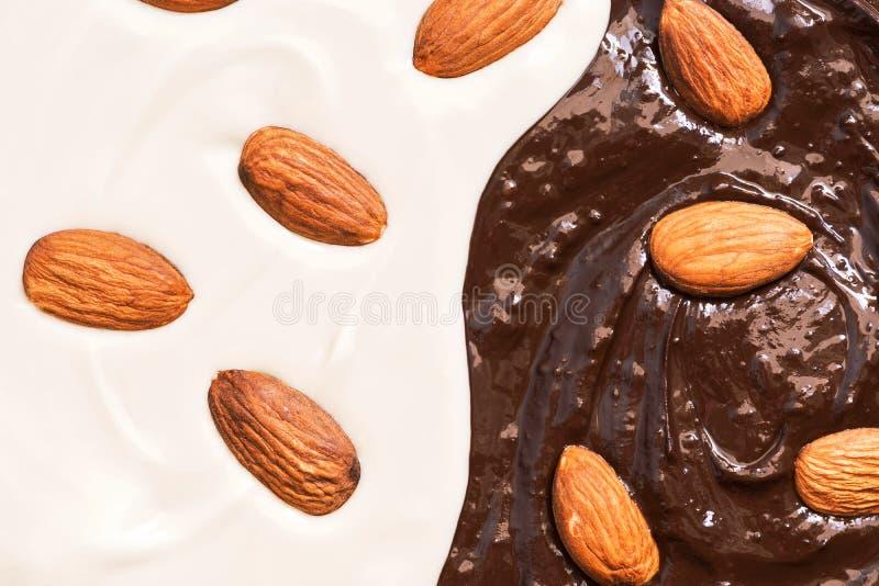 Tekstura rozciekła czarny i biały czekolada z migdałami zdjęcie royalty free
