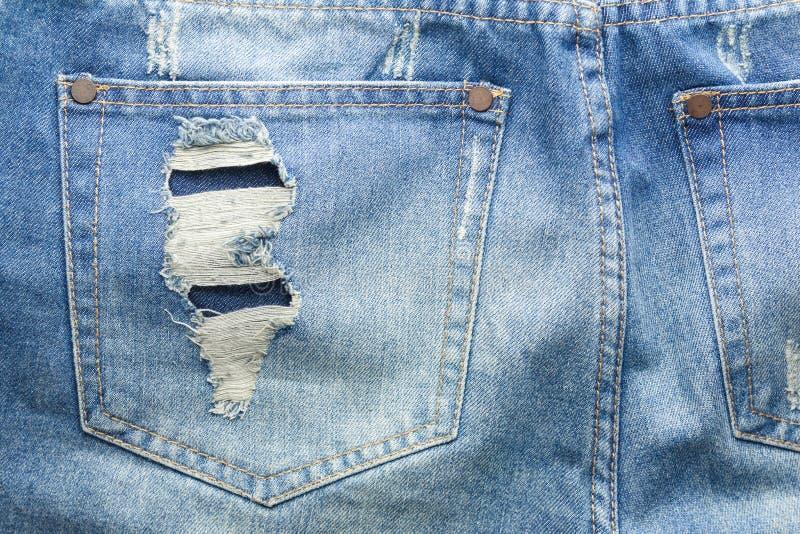 Tekstura rozdzierająca niebiescy dżinsy kieszeń z powrotem obraz stock