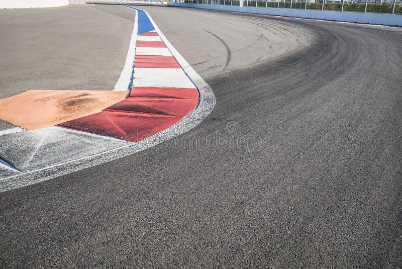 Tekstura silnik rasy asfalt i czerwony biały krawężnik Zamyka up na Uroczystym Prix ulicy obwodzie obraz stock