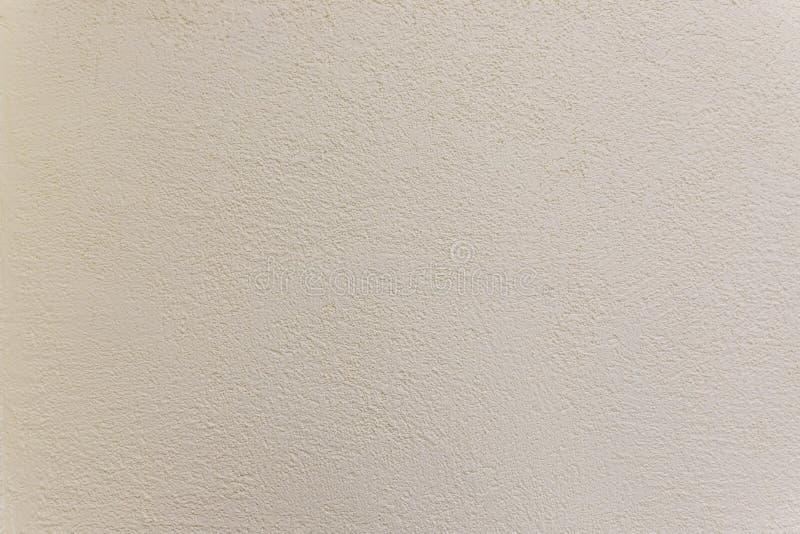 Tekstura stara gipsująca beżowa koloru cementu ściana, powierzchnia emboss ostrego i szorstkiego wzór betonowa tapeta zdjęcia royalty free