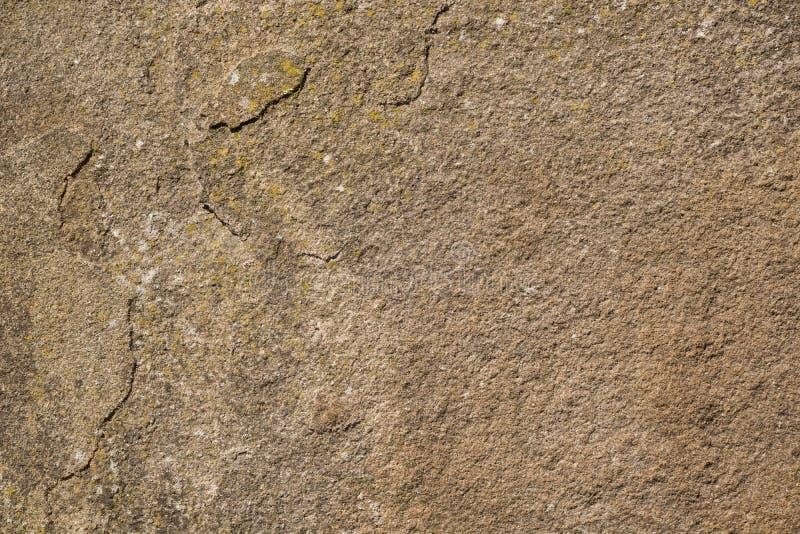 Tekstura stara kamień powierzchnia z łatami żółty liszaj obraz royalty free