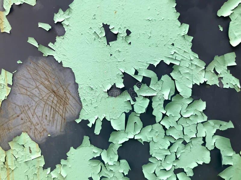 Tekstura stara podława turkusowa jasnozielona obieranie farba z pęknięciami i narysami na ośniedziałej metal ścianie Tło fotografia stock