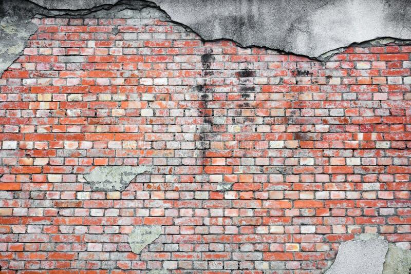 Tekstura starej muru z cegły czerwonej na podłożu z pękniętego betonu stukowego obraz stock