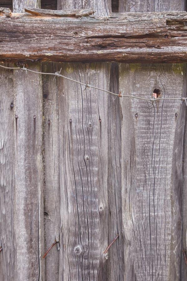 Tekstura stary szaro?ci ogrodzenie, drut kolczasty i obraz royalty free
