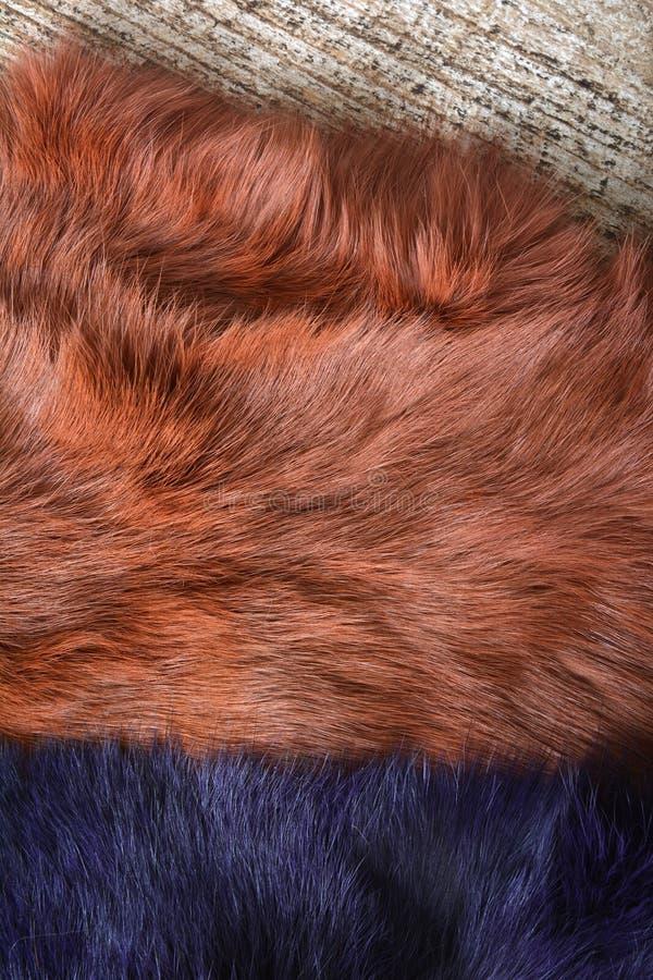 Tekstura tła futra z królików brązowych i niebieskich na drewnianym stole obrazy stock