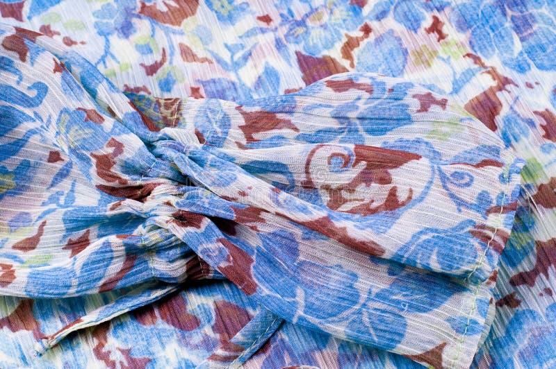 Tekstura, tło, wzór Tkaniny krepdeszynowego de chiny Błękitny biel fotografia royalty free
