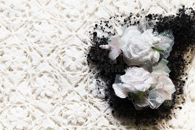 Tekstura tkanina materiał z białymi kwiatami i koralikiem zdjęcia stock