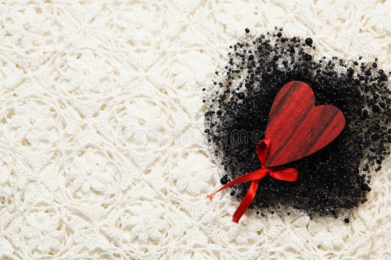 Tekstura tkanina materiał z drewnianym sercem i koralikiem fotografia stock