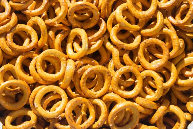Tekstura wiele chlebowi pierścionki przekąsza z solą z cieniem zdjęcie stock