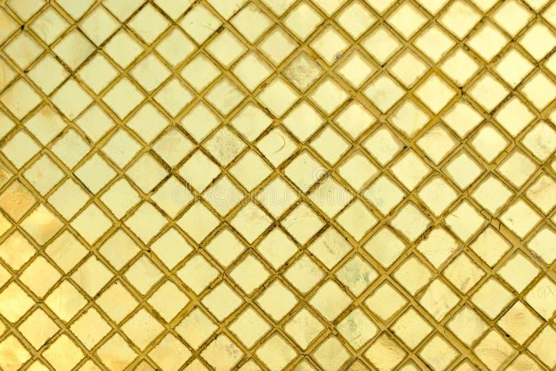 Tekstura złoty mozaik płytek tło od WATA PHRA KAEW wewnątrz royalty ilustracja