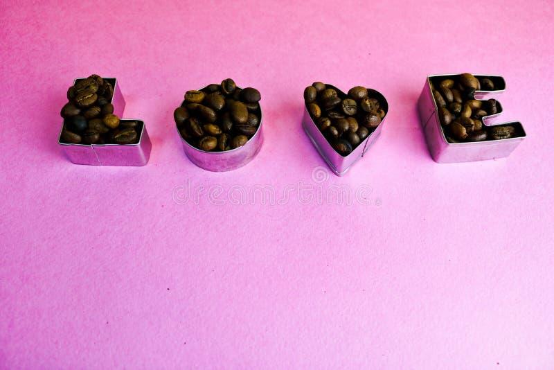 Tekstura z słowo miłością dla valentine dnia inskrypcji robić od wybranego brązu Arabica kawowych fasoli aromatycznego tła zdjęcie stock
