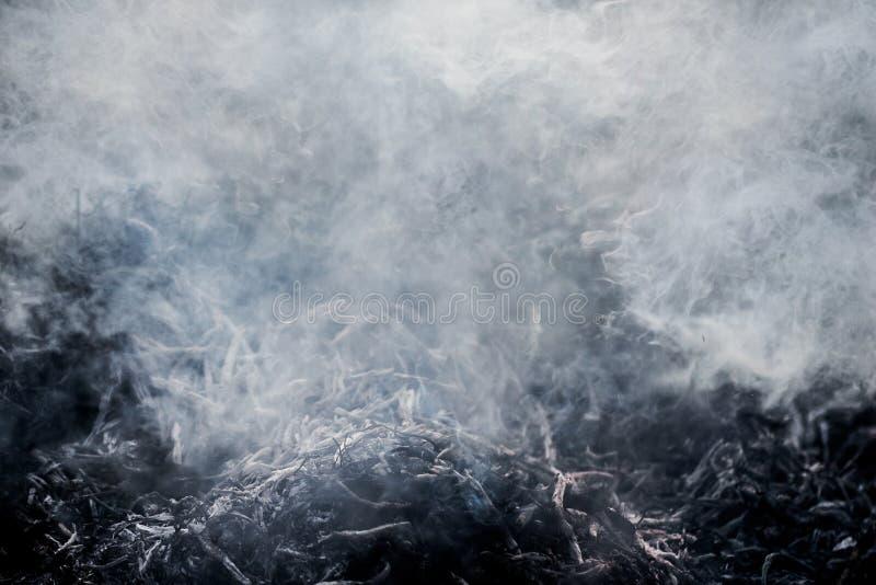 Tekstura zwarte szarość dymi od płonącego garbage_ obrazy royalty free