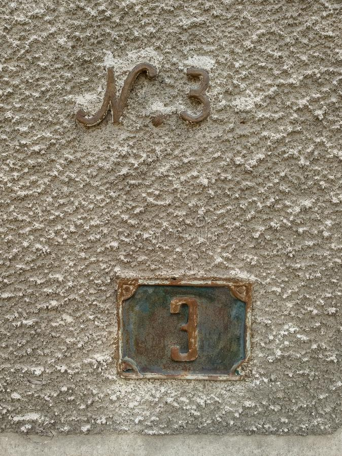 Teksturowanie starej ściany domu z dwoma różnymi znakami adresowymi numer 3 obrazy royalty free