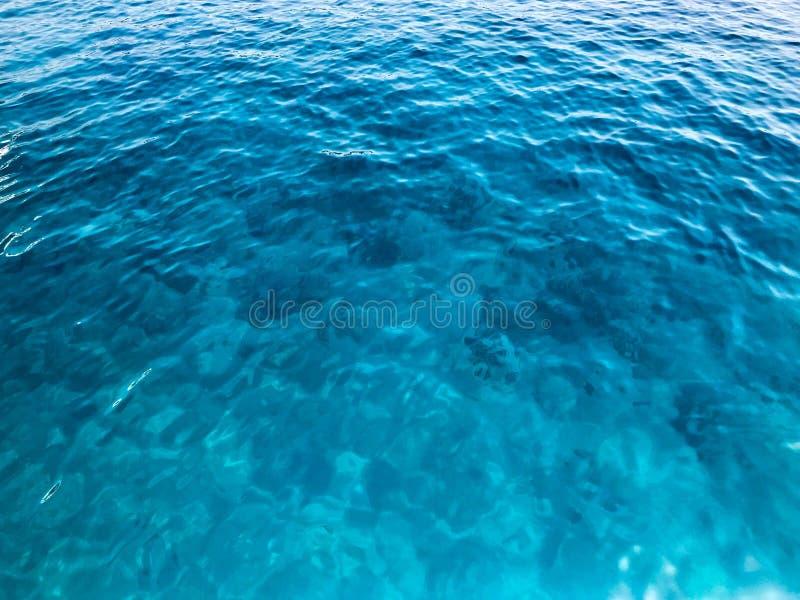 Tekstury bławego mokrego pięknego lazurowego przejrzystego morza, ocean woda, morze, ocean z małymi fala, światło pluskocze verdu zdjęcia stock