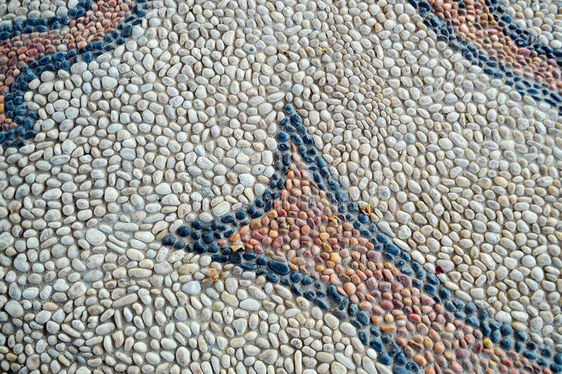 Tekstury kamiennej ściany droga od małych round owali/lów kamieni abstrakta linii kłaść out deseniuje naturalnego starego żółtego fotografia royalty free