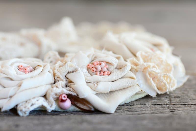 Tekstylna kwiecista kolia od koronek podstrzyżeń, koralików i filc bazy, Lato piękna tekstylna biżuteria dla kobiet i dziewczyn fotografia royalty free