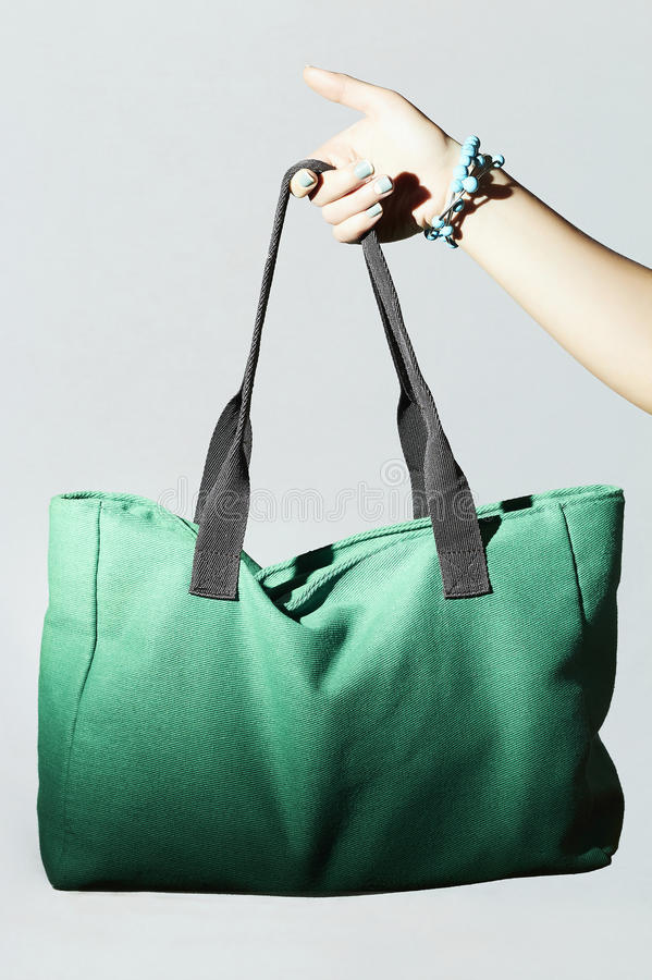 Tekstylna torebka w kobiety ręce mody zieleni sporta torba zdjęcie stock