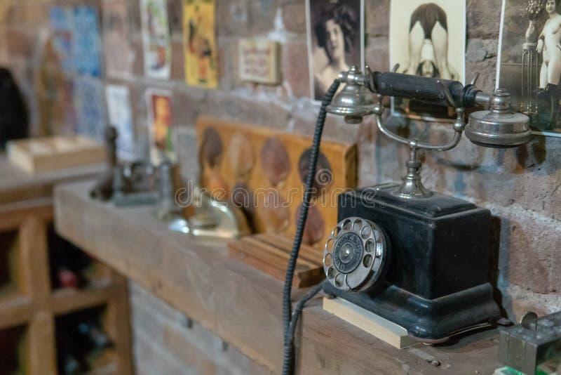 Teléfono atado negro del vintage imagen de archivo libre de regalías