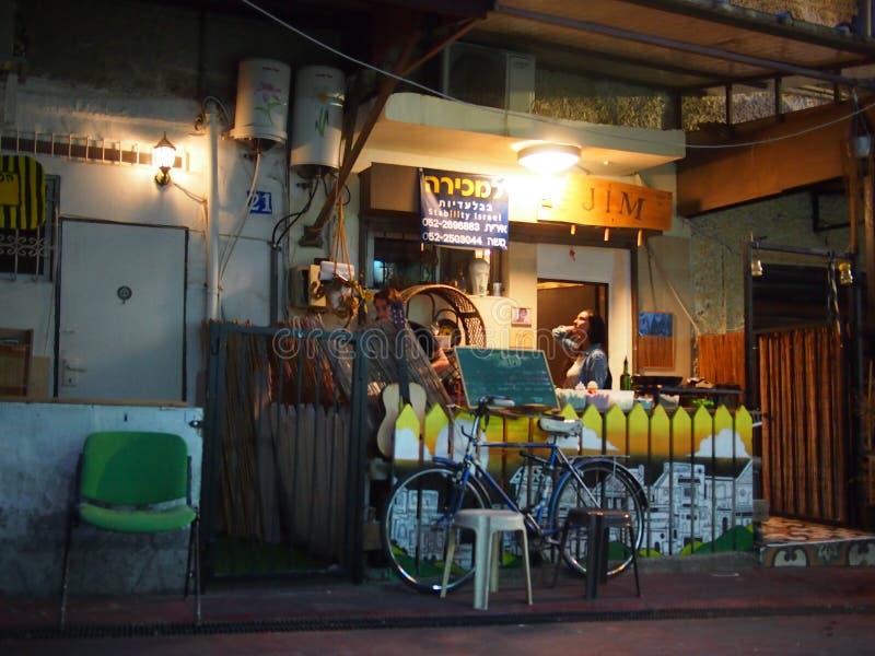 Teléfono Aviv Cafe en la noche imagen de archivo libre de regalías