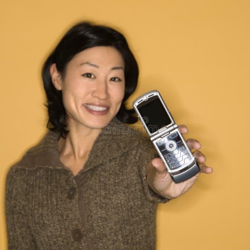 Teléfono celular de explotación agrícola de la mujer. foto de archivo