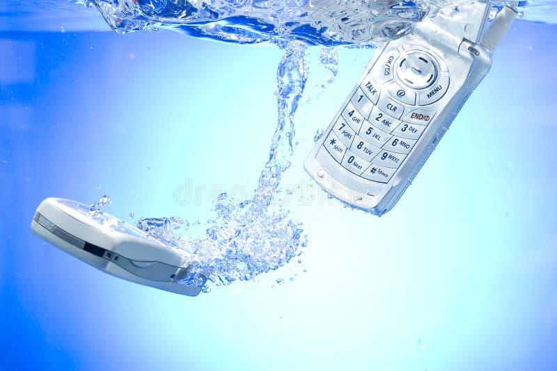 Teléfono celular en agua fotos de archivo libres de regalías