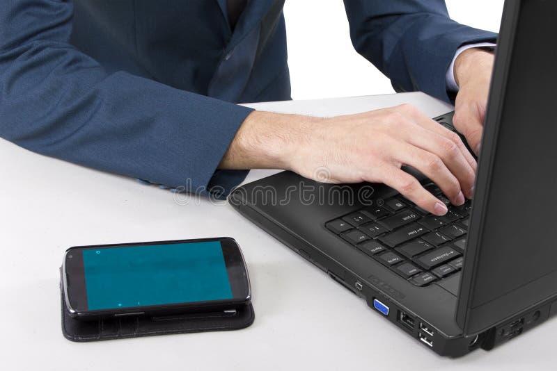 Teléfono celular en el escritorio foto de archivo libre de regalías