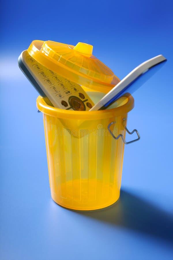 Teléfono celular móvil en la basura fotografía de archivo libre de regalías