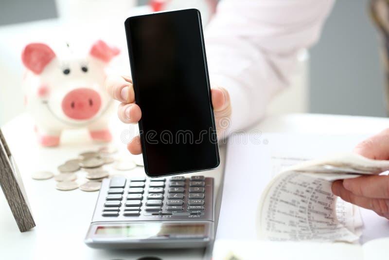 Teléfono celular masculino de la demostración de la mano a la cámara para mostrar algo muy importante imagen de archivo libre de regalías