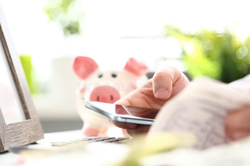 Teléfono celular masculino del control de la mano a disposición que completa un cierto documento electrónico fotografía de archivo libre de regalías