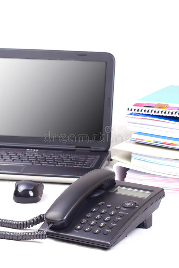 Teléfono con el fondo de la computadora portátil y de los libros. fotografía de archivo libre de regalías