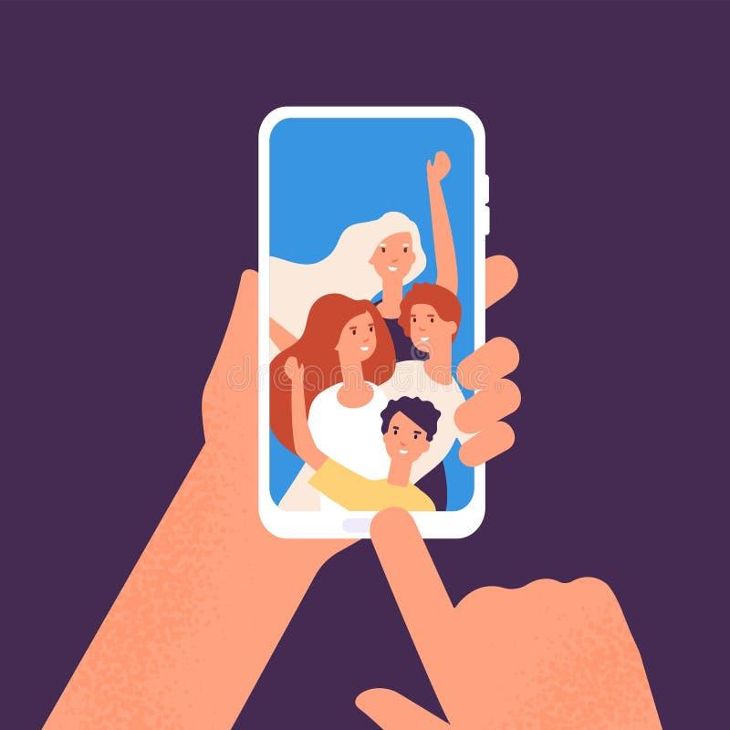 Teléfono con la foto de los amigos Manos que mantienen el smartphone con los retratos sonrientes felices de la gente unido Tomar  ilustración del vector